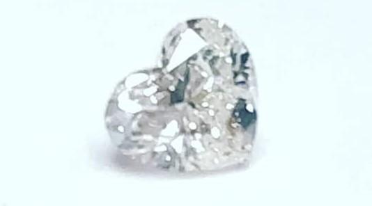 Per Sant Valentí un regal unic un diamant natural en forma de cor. Por San Valentín un regalo único un diamante en forma de corazón.